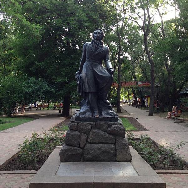 Памятники феодосия в центре надгробные памятники маме саратов
